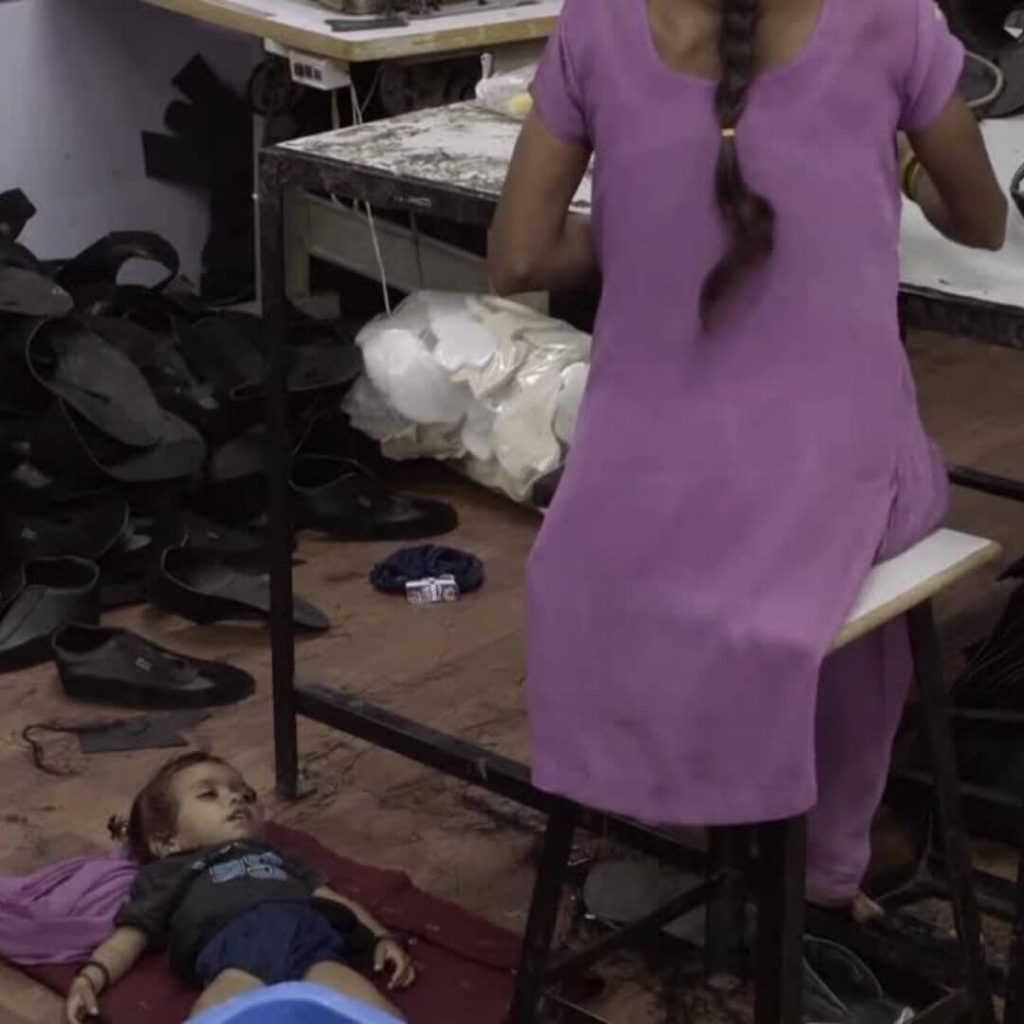 operaia-tessile-al-lavoro-figlio-the-true-cost-moda-etica